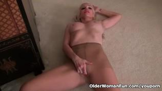 USA milf Rebecca Nollan pleasures her pantyhosed pussy