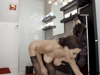 MILF pornstar Lisa Ann cum sprayed after anal banging