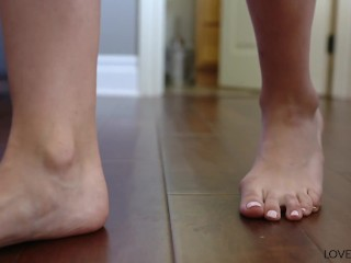 Babe/rolland s guy footjob bella delivery