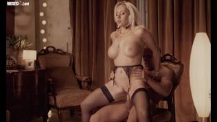 Похотливая подружка Christina Shine трахает свою узкую влажную киску любовью