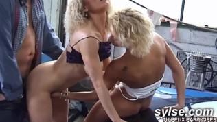 Black lesbienne goûte à la bite sur plage