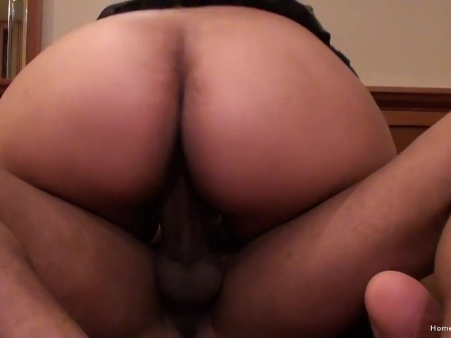 Girl Shows Her Pussy Public