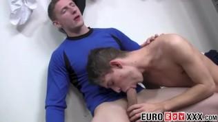 Athletic Julian Tomlinson cums while barebacked