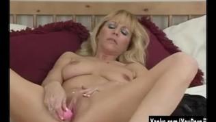 Superb Yanks MILF Nicole Moore Masturbates