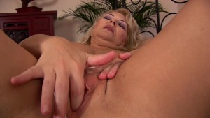 Mature Elza makes herself moan