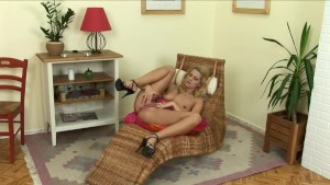 Busty blonde fingers herself - Mavenhouse