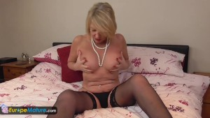 Mature cougar Amy toy joy
