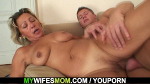 Fucking my hot girlfriends mom on the couch
