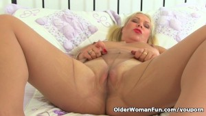English milf Francesca takes a masturbation break
