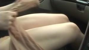 素人のムチムチ体系の豊満巨乳の可愛い顔した美人人妻熟女がクルマの中で全裸でおまんこ晒す!
