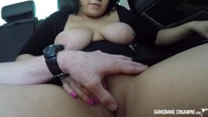 Gordita latina se lo pasa en grande en el coche | Panochas Peludas