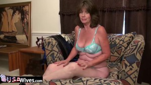 USAwives Jade showing off naked mature pussy