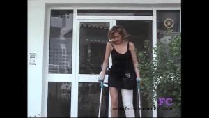 Fetisch-Concept.com - Treppensteigen und Outdoor mit Gipsbein -