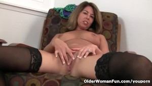 American milf Niki shares her fuckable pussy with you