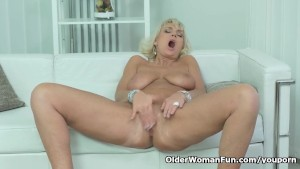 American gilf melody garner teases us with her unshaven cunt - 3 part 8