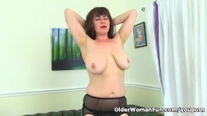 English milf Janey starts playing with her hairy cunny