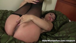 Pregnant milf Jocelyn rubs her hungry pussy