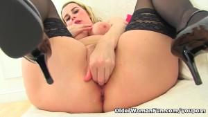 English milf Heidi lets you enjoy her curvy body