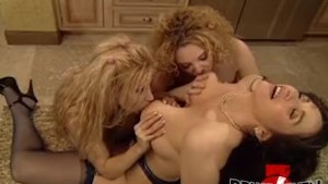 Lesbo MILF Gina Lynn stretched by massive dildo in threeway