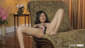 All Natural Hottie Gianna Dior jugando con su coño en una escena glamorosa