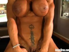 Female bodybuilder Rhonda Lee rubs her big clit