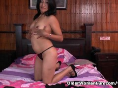 Latina milf Veronica gets her pussy juiced up