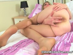English milf Ashleigh pushes her fingers up her fanny