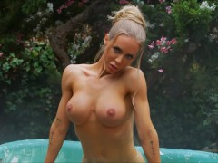 Nicole Aniston very sexy as she bath in an outdoor tub totally naked