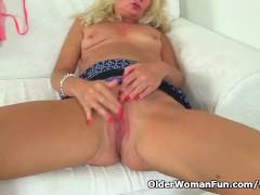English milf Ellen fingers her meaty fanny flaps