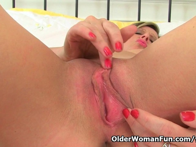 image English milf ellen works her fabulous fanny with her fingers