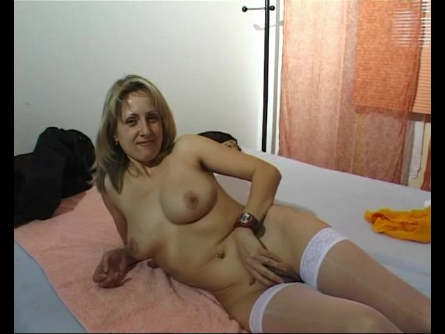 Getting a blonde milf to strip and masturbate - Julia Reaves #304344