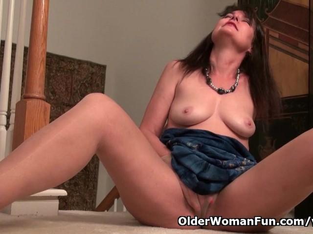 American milf lani lee peels off her nylon pantyhose 8
