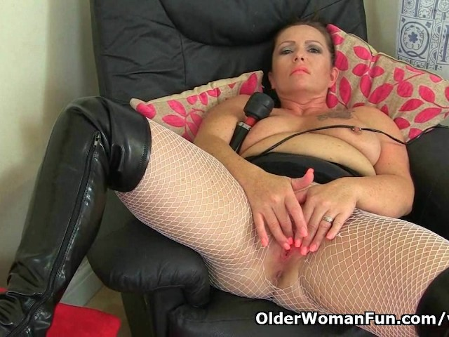Uk milf sam is showing off her masturbation skills