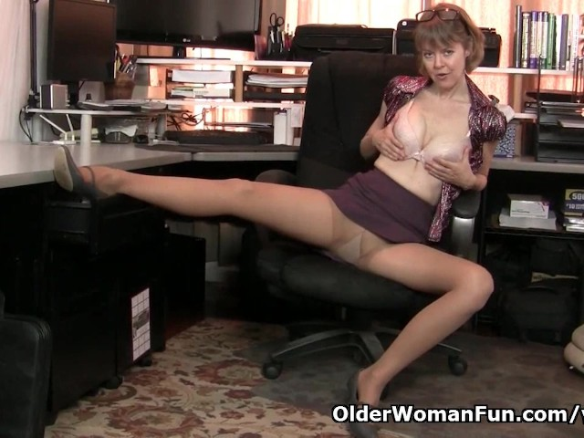 American milf niki needs to take care of her tingling pussy 2