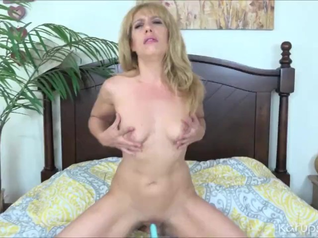 Stevie Lix Plays With Her Pussy With Dildo