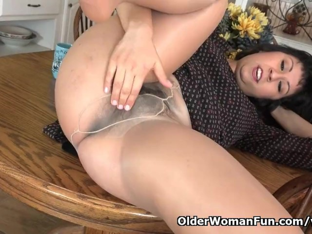 American Milf Vivi Takes Care Of Her Hairy Pussy - Free -9313