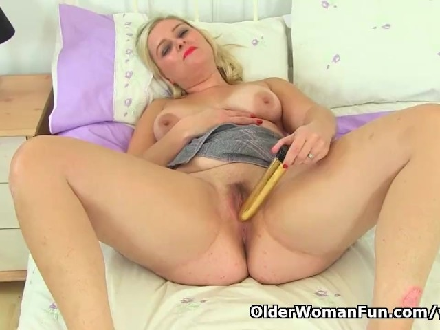 image British lily milf lowers her leggings and finger fucks