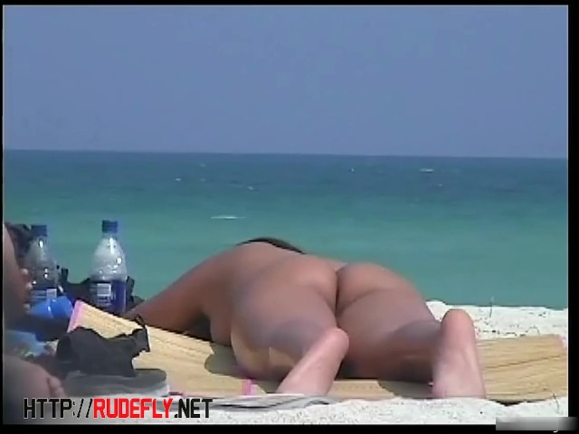 A Nude Tanned Skinny Lady With Perfect Breasts on a Beach Texting - Vidéos Porno Gratuites - Cliporno