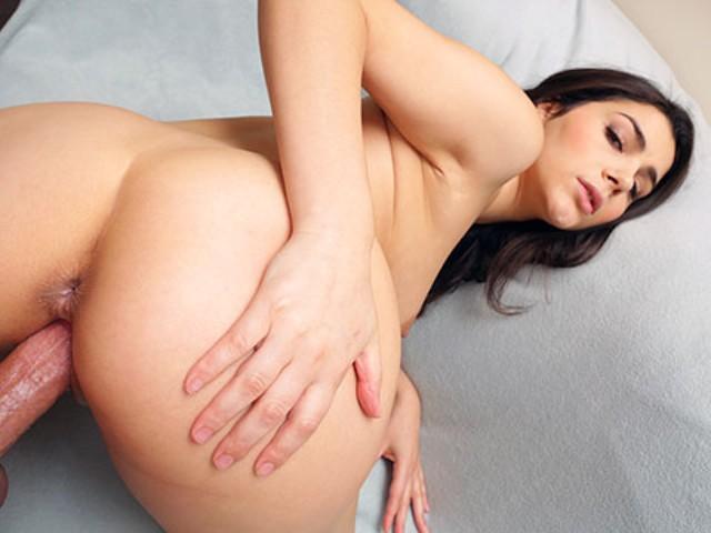 Aceasta Bruneta Cu Sanii Mari Vrea Sa Fie Penetrata In Pizda