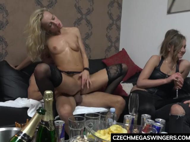 Sex In Grup Cu Noi Barbati Ce Invita Doua Curve La Petrecerea Lor