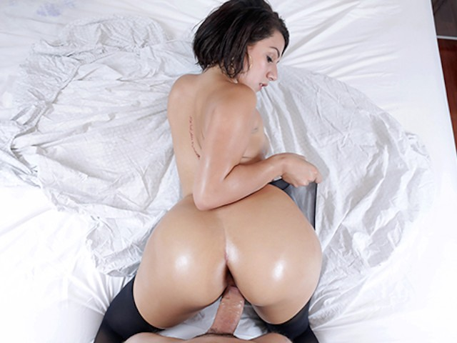 Teencurves - Valentina Jiggles and Claps Her Booty