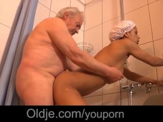 Teenka si užije s dedkom v sprche