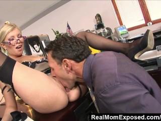 Kočku prichytí šéf pri masturbácii