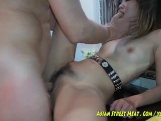 Ázijské dievča veľký čierny péro