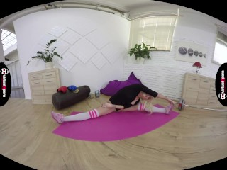 flexible babe Daisy Lee VR stretching