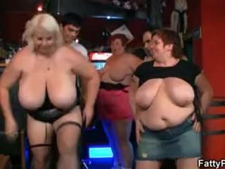 Med feta kvinnor i baren