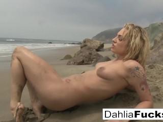 Dahlia Sky onanerar på stranden