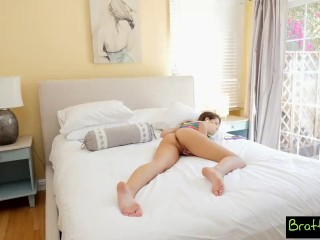 Nevlastná sestra masturbuje na posteli