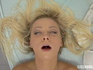 Blond tonåring når orgasm