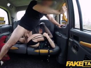 Modrovláska v podvezkoch nemá šanu odolať nadržanému mužovi s FakeTaxi